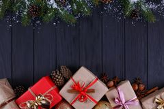 La Navidad, composición de los días de fiesta del Año Nuevo Cajas de regalo y tre del abeto Imagen de archivo libre de regalías