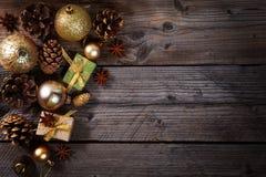La Navidad, composición de los días de fiesta del Año Nuevo de decoraciones, conos y chucherías con el espacio de la copia para s Imagen de archivo