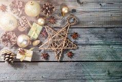 La Navidad, composición de los días de fiesta del Año Nuevo de decoraciones, conos y chucherías con el espacio de la copia para s Fotos de archivo