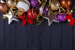 La Navidad, composición de los días de fiesta del Año Nuevo de decoraciones festivas Fotos de archivo libres de regalías