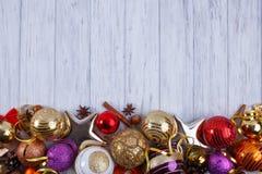 La Navidad, composición de los días de fiesta del Año Nuevo de decoraciones y baub Fotografía de archivo libre de regalías