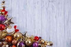 La Navidad, composición de los días de fiesta del Año Nuevo de decoraciones y baub Foto de archivo libre de regalías