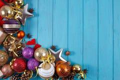 La Navidad, composición de los días de fiesta del Año Nuevo de decoraciones y baub Imágenes de archivo libres de regalías