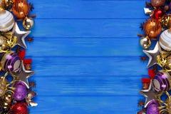 La Navidad, composición de los días de fiesta del Año Nuevo en backgrou de madera azul Fotos de archivo libres de regalías