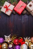 La Navidad, composición de los días de fiesta del Año Nuevo de las decoraciones, conos, Fotografía de archivo libre de regalías