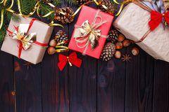 La Navidad, composición de los días de fiesta del Año Nuevo de las decoraciones, conos, Fotos de archivo libres de regalías