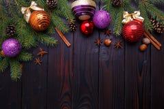 La Navidad, composición de los días de fiesta del Año Nuevo de las decoraciones, conos, Imagen de archivo libre de regalías