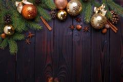 La Navidad, composición de los días de fiesta del Año Nuevo de las decoraciones, conos, Imágenes de archivo libres de regalías