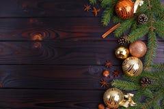 La Navidad, composición de los días de fiesta del Año Nuevo de las decoraciones, conos, Fotografía de archivo