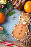 La Navidad, composición del Año Nuevo con el hombre de pan de jengibre, mandarinas, árbol de abeto, canela y bastones de caramelo Fotos de archivo libres de regalías