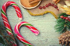 La Navidad, composición del Año Nuevo con el hombre de pan de jengibre, mandarinas, árbol de abeto, canela y bastones de caramelo Foto de archivo