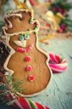 La Navidad, composición del Año Nuevo con el hombre de pan de jengibre, mandarinas, árbol de abeto, canela y bastones de caramelo Fotografía de archivo libre de regalías