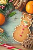 La Navidad, composición del Año Nuevo con el hombre de pan de jengibre, mandarinas, árbol de abeto, canela y bastones de caramelo Fotografía de archivo