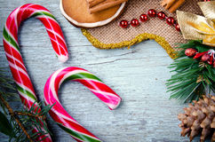 La Navidad, composición del Año Nuevo con el hombre de pan de jengibre, mandarinas, árbol de abeto, canela y bastones de caramelo Imagenes de archivo