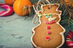 La Navidad, composición del Año Nuevo con el hombre de pan de jengibre, mandarinas y bastones de caramelo Decoración brillante de Fotos de archivo libres de regalías