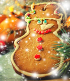 La Navidad, composición del Año Nuevo con el hombre de pan de jengibre, mandarinas y bastones de caramelo Decoración brillante de Imagen de archivo libre de regalías