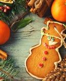 La Navidad, composición del Año Nuevo con el hombre de pan de jengibre, mandarinas y bastones de caramelo Decoración brillante de Foto de archivo