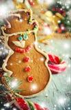 La Navidad, composición del Año Nuevo con el hombre de pan de jengibre, mandarinas y bastones de caramelo Decoración brillante de Imágenes de archivo libres de regalías