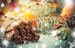La Navidad, composición del Año Nuevo con los conos del árbol, del pino de abeto y el canela Decoración brillante del día de fies Foto de archivo