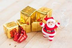 La Navidad con adornan y las cajas de regalo de Papá Noel en boad de madera Fotografía de archivo libre de regalías