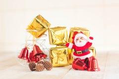 La Navidad con adornan y las cajas de regalo de Papá Noel en boad de madera Imagen de archivo