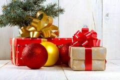La Navidad con una caja de regalo en una tabla de madera Foto de archivo libre de regalías