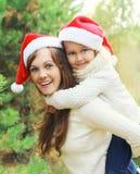 La Navidad, concepto de familia - madre feliz y niño que se divierte junto Imágenes de archivo libres de regalías