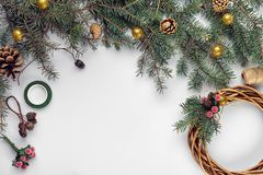 La Navidad creativa diy Mujer que hace la guirnalda hecha a mano de Navidad Ocio casero, herramientas, baratijas y detalles para  fotografía de archivo libre de regalías