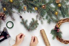 La Navidad creativa diy Mujer que hace la guirnalda hecha a mano de Navidad Ocio casero, herramientas, baratijas y detalles para  imágenes de archivo libres de regalías