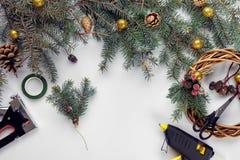 La Navidad creativa diy Mujer que hace la guirnalda hecha a mano de Navidad Ocio casero, herramientas, baratijas y detalles para  foto de archivo