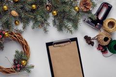 La Navidad creativa diy Mujer que hace la guirnalda hecha a mano de Navidad Ocio casero, herramientas, baratijas y detalles para  fotografía de archivo