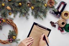 La Navidad creativa diy Mujer que hace la guirnalda hecha a mano de Navidad Ocio casero, herramientas, baratijas y detalles para  fotos de archivo