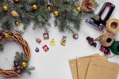 La Navidad creativa diy Mujer que hace la guirnalda hecha a mano de Navidad Ocio casero, herramientas, baratijas y detalles para  foto de archivo libre de regalías