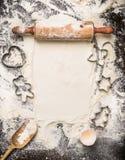 La Navidad cuece las herramientas en la harina y el fondo de madera rústico, visión superior Fotos de archivo
