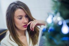 La Navidad, días de fiesta y concepto de la gente - libro de lectura feliz de la mujer joven en casa Imagen de archivo libre de regalías