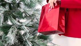 La Navidad da la mujer con el bolso rojo, árbol en fondo almacen de video