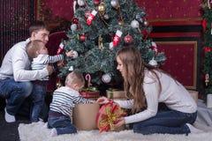 La Navidad de adornamiento de la familia Fotografía de archivo