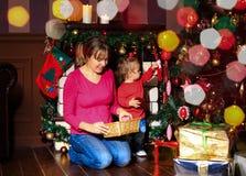 La Navidad de adornamiento de la madre y de la pequeña hija Fotos de archivo