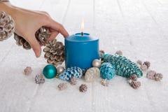 La Navidad de adornamiento de la mujer en colores azules, blancos y marrones con Foto de archivo