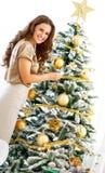 La Navidad de adornamiento feliz t de la mujer joven Fotografía de archivo