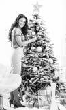 La Navidad de adornamiento feliz t de la mujer joven Fotografía de archivo libre de regalías