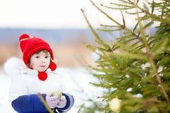 La Navidad de adornamiento tres de la niña al aire libre Imagen de archivo libre de regalías