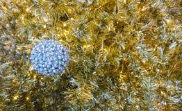La Navidad de la bola del oro Foto de archivo libre de regalías
