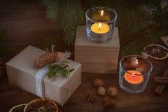 La Navidad de Eco empaqueta el regalo con la decoración de la Navidad Imagen de archivo