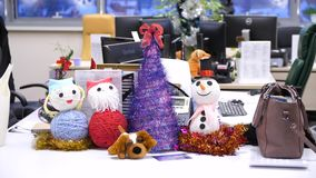 La Navidad de la estación del saludo y Noche Vieja con los juguetes que adornan artículos con el bokeh ligero en la tabla de made metrajes