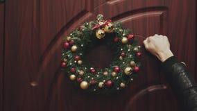 La Navidad de la guirnalda en la puerta Espetando la vista de la puerta adornada para la Navidad metrajes