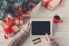 La Navidad de la mujer que hace compras en línea con una tarjeta de crédito Fotografía de archivo