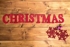 La Navidad de la palabra y copos de nieve grandes Foto de archivo libre de regalías