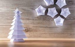 La Navidad de la papiroflexia con el fondo de madera Fotos de archivo