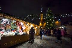La Navidad de la visita de la gente justa en ciudad vieja Foto de archivo libre de regalías